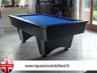 Billard Supreme Dpt Superleague Lafuge Rene Pierre eurobillard Toulet: Billard dans un salon model Domestic noir tapis bleu.