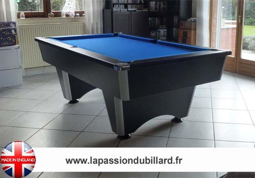 Photo et descriptif: Billard dans un salon model Domestic noir tapis bleu.