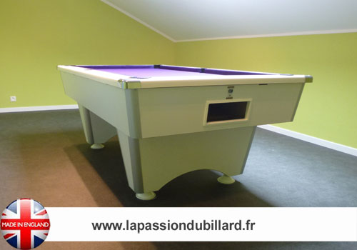 Photo et descriptif: Billard pool Anglais Domestic blanc tapis mauve.