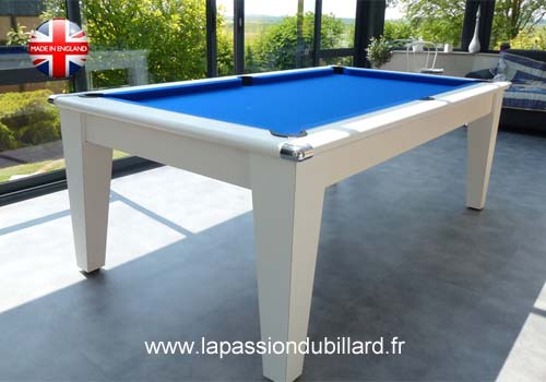 Photo et descriptif: Table de billard contemporaine avec ardoise dans véranda York blanc tapis gris.